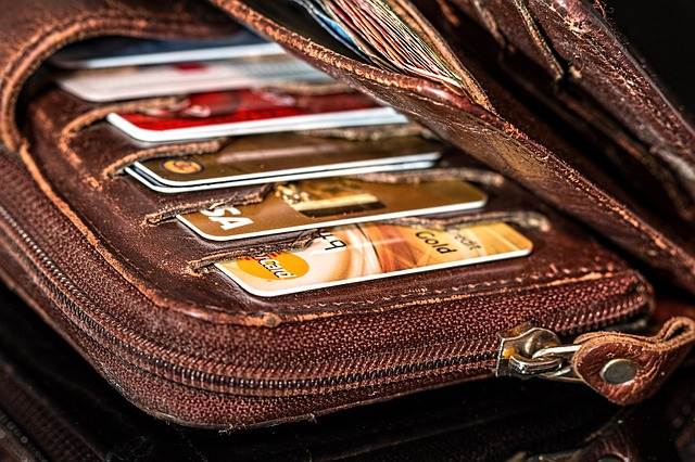 photographie d'un portefeuille garni de cartes