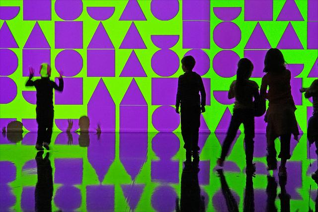 jeunes silhouettes noires sur fond d'image numérique verte et violette