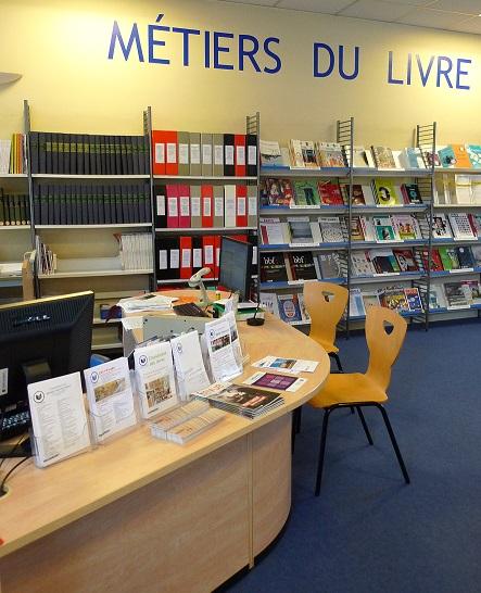 banque de bibliothèque et étagères