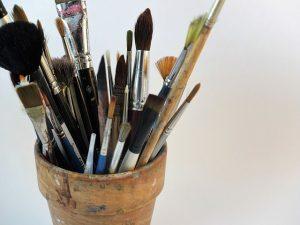 photo d'un pot contenant des pinceaux