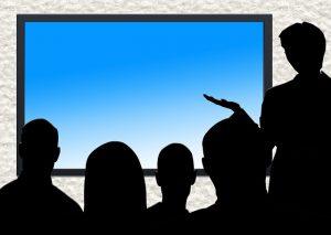 Image virtuelle d'une classe devant un écran