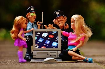 figurines de policiers mère et enfant autour d'un écran de portable