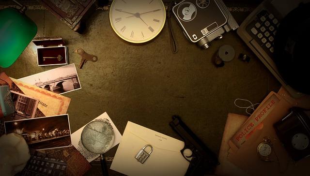 photo d'une table avec différents indices, empreinte, horloge...