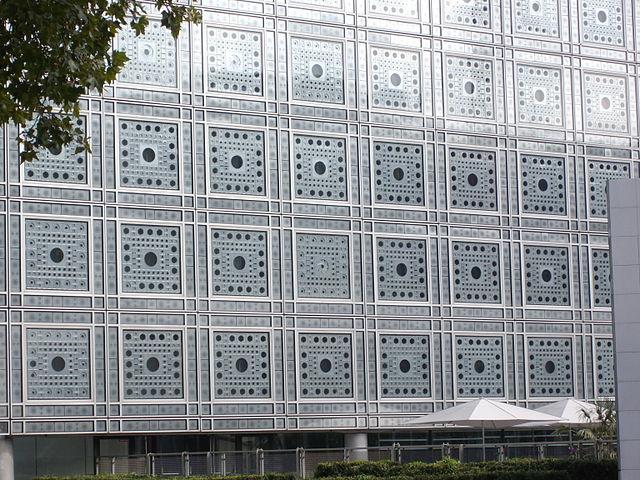 Moucharabiehs de la facade de l'IMA