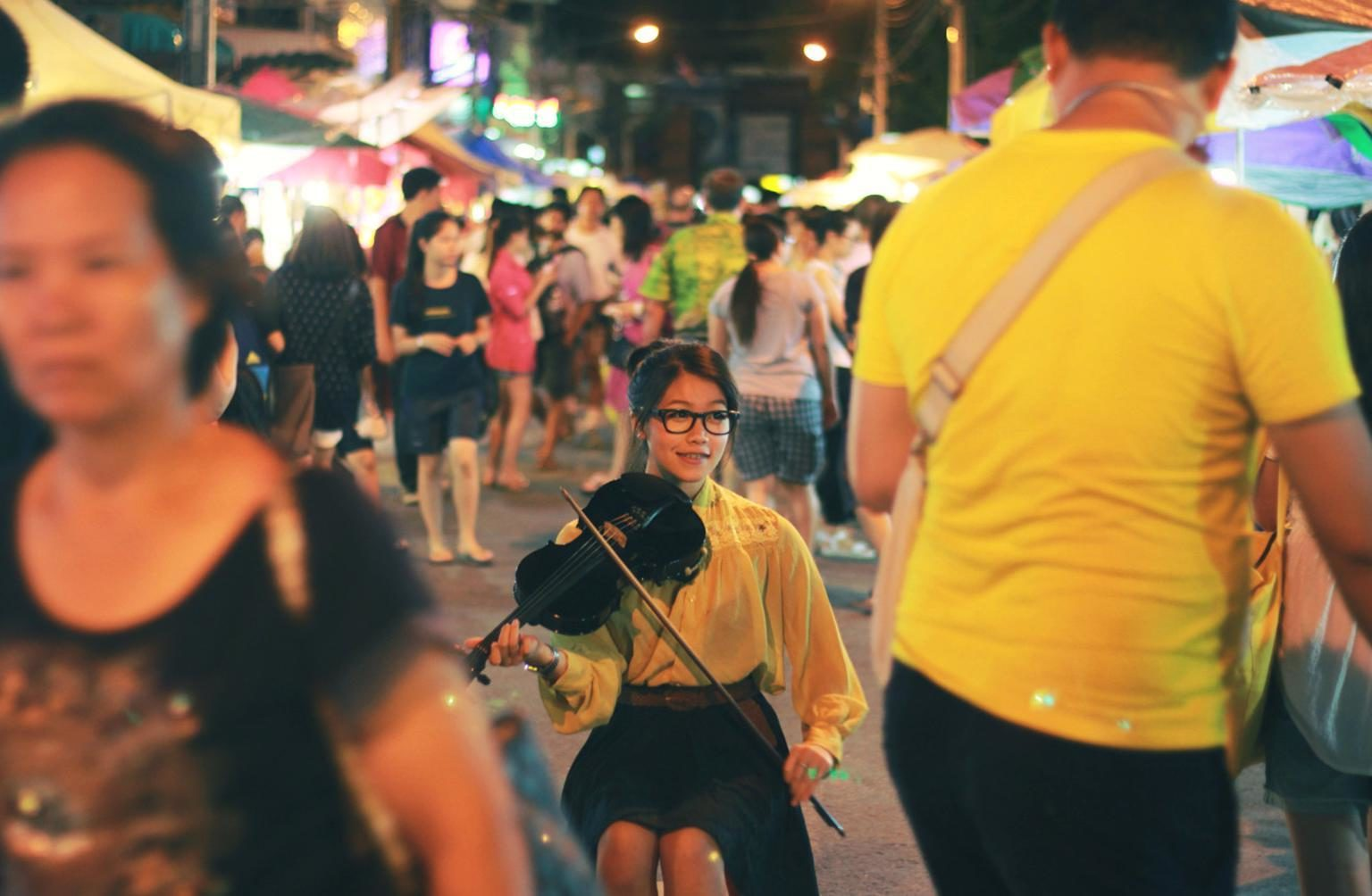 photographie d'une scène de rue avec une jeune violoniste
