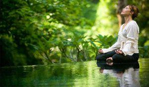 jeune femme méditant en forêt