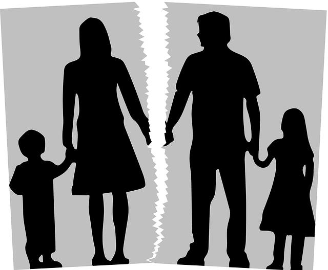 image d'une famille de 4 personnes déchirée en deux