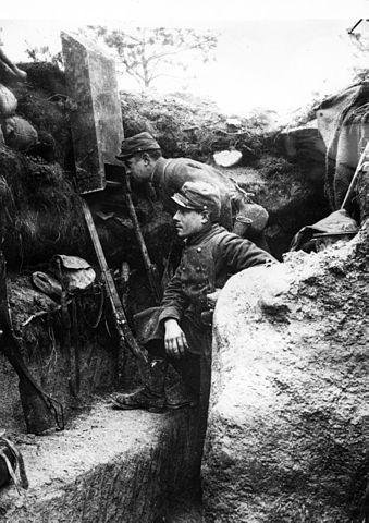 Utilisation d'un périscope dans une tranchée française de première ligne. 1915