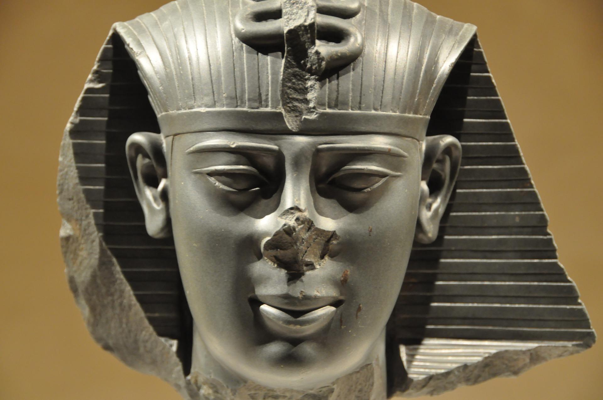 Tête de statue égyptienne