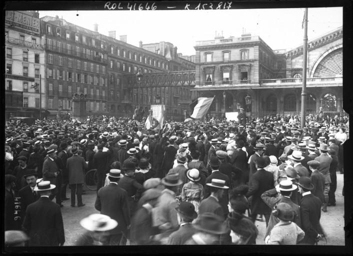 Les mobilisés parisiens devant la gare de l'Est le 2 août 1914.