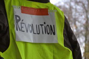 Gilets jaunes et pancarte révolution