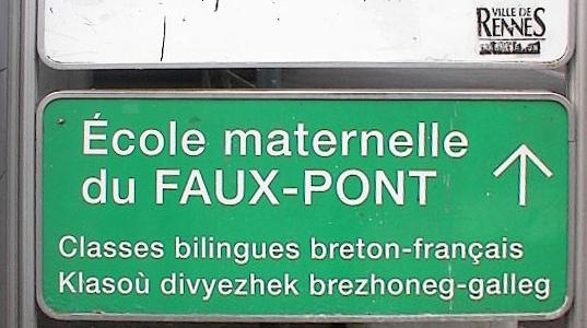 Panneau routier bilingue français-breton