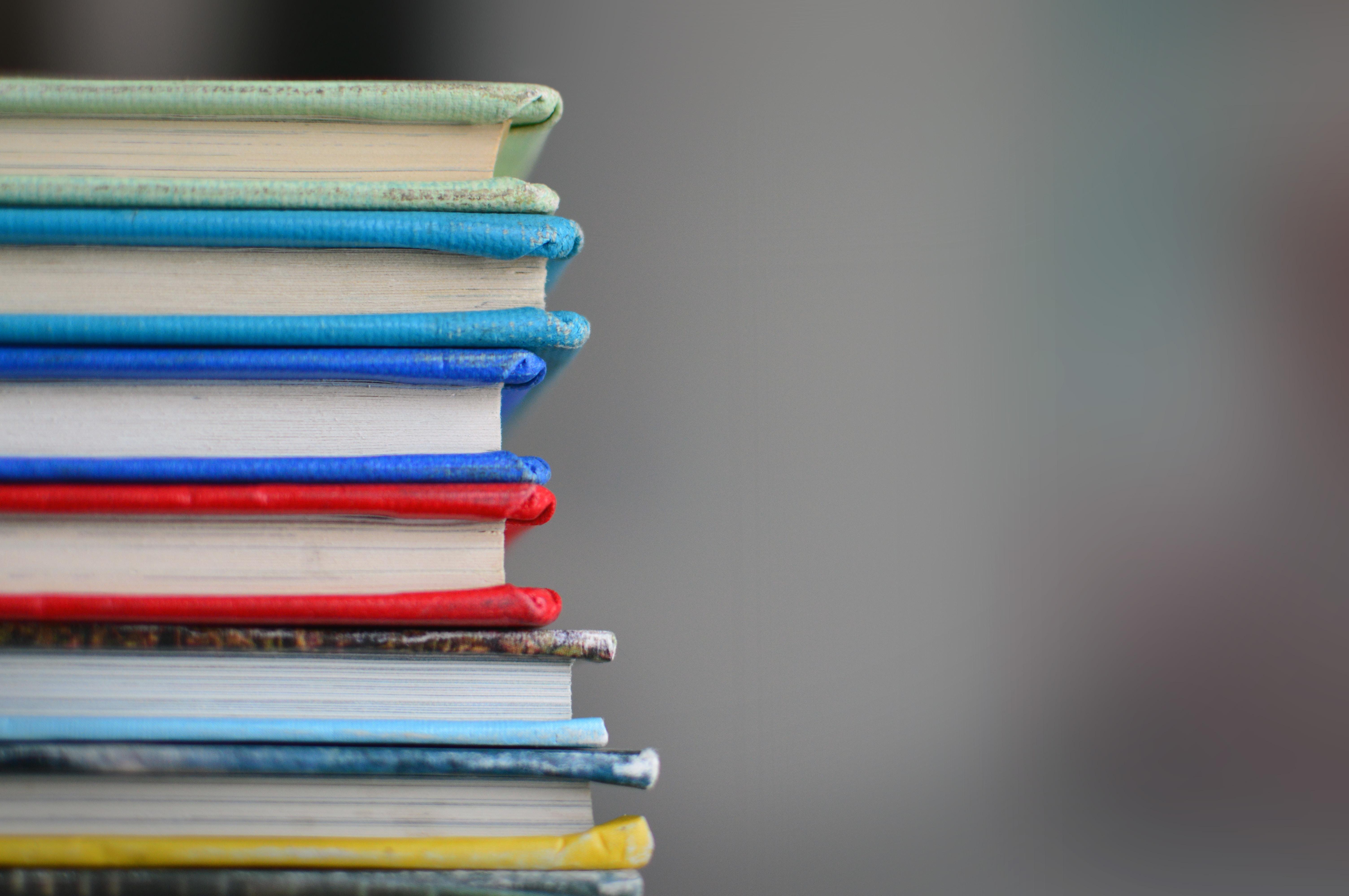 Pile de livres colorés.