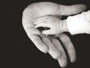 Mains enfant-parent (photo N&B)