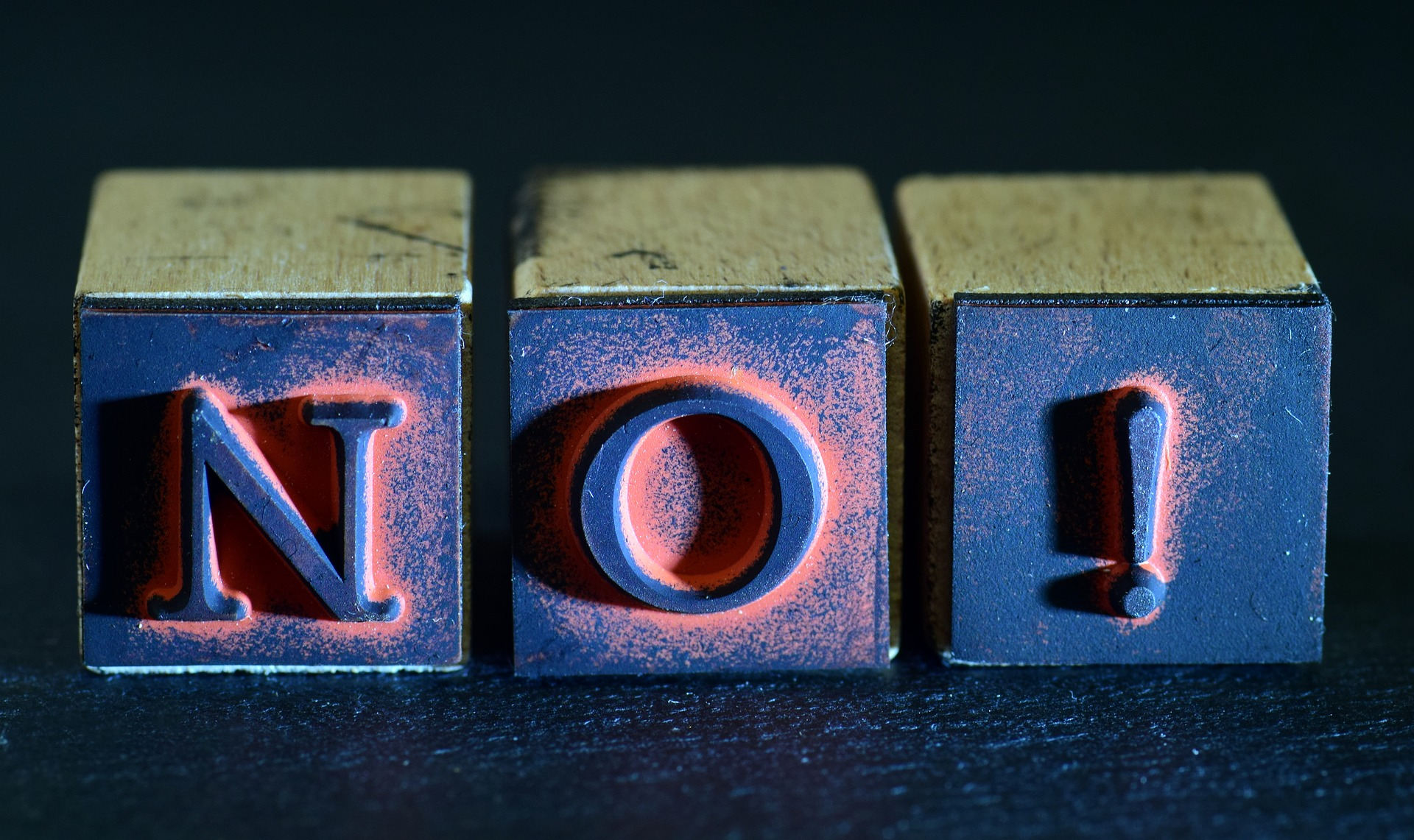 2 cubes lettres créant le mot NO !