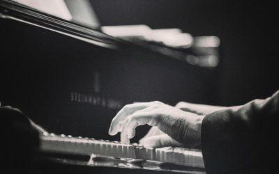 Dans quels documents puis-je trouver une analyse musicale des «tableaux d'une exposition» de Modeste Moussorgsky orchestrés par Maurice Ravel ?