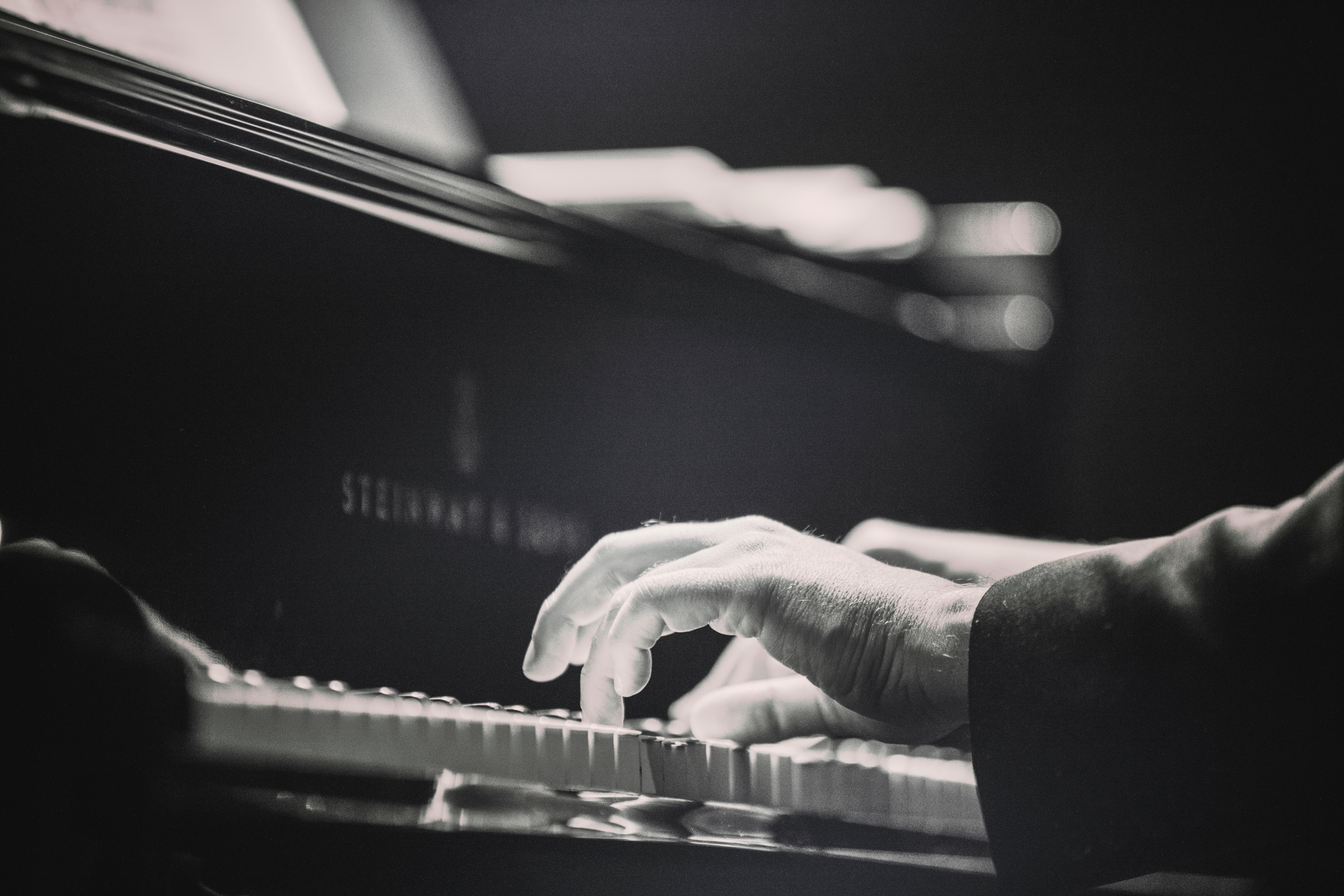 personne jouant du piano.