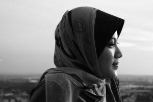 Silhouette de femme portant le voile.