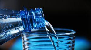 eau minérale verre