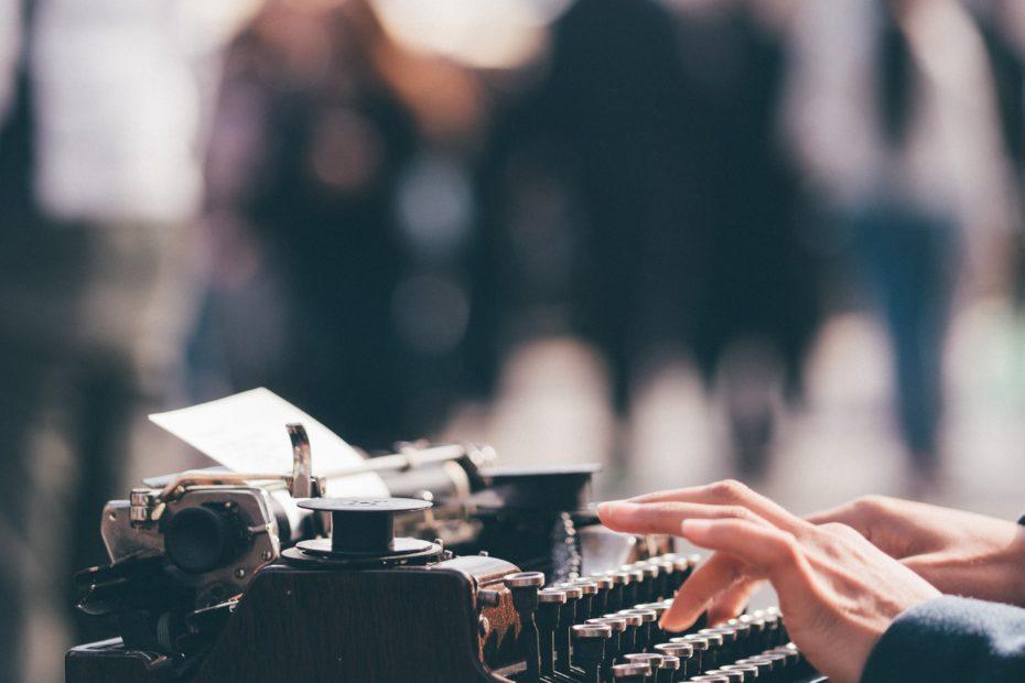mains tapant sur une machine a écrire