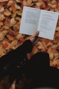 Livre tenu dans une main