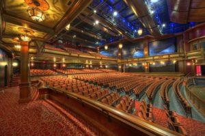 Intérieur d'une somptueuse salle de théâtre