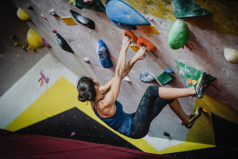 Femme mur escalade en salle