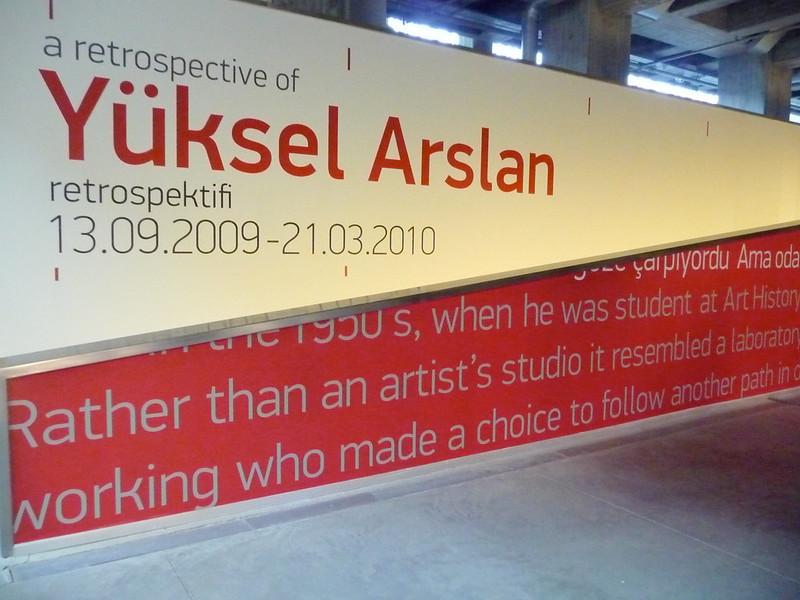 Panneau publicitaire annonçant la restrospective de Yuksel Arslan de septembre 2009 à mars 2010