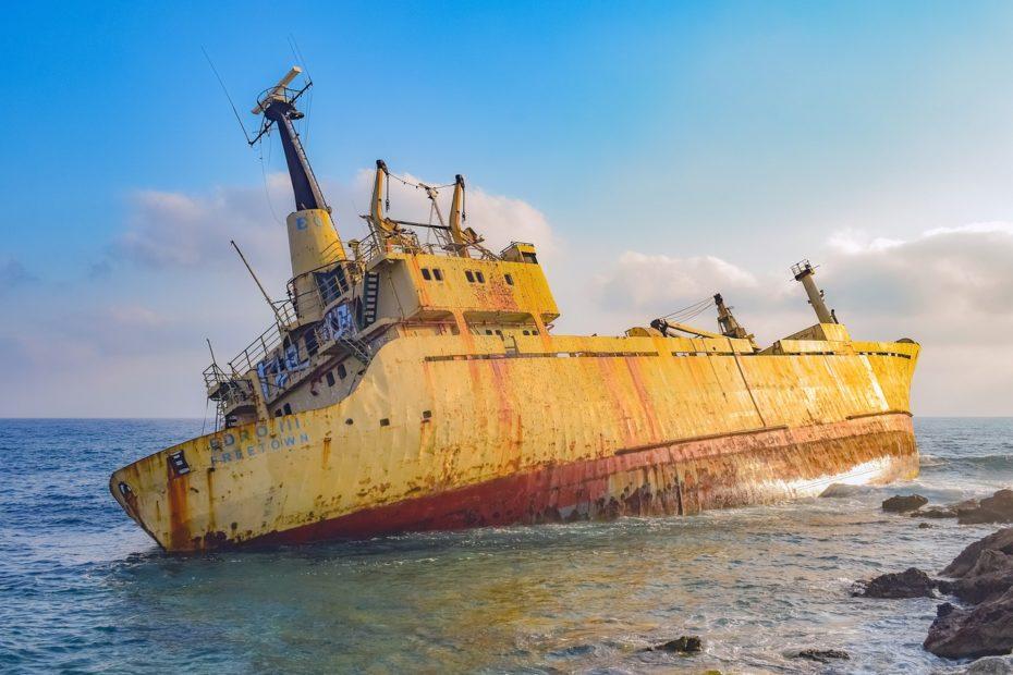 Naufrage d'un bateau sur la côte