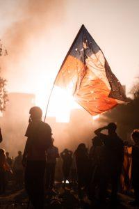 Drapeau du Chili tenu par un manifestant