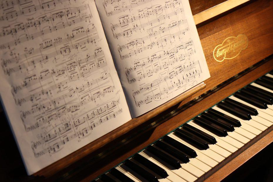 partition musicale posée sur un piano