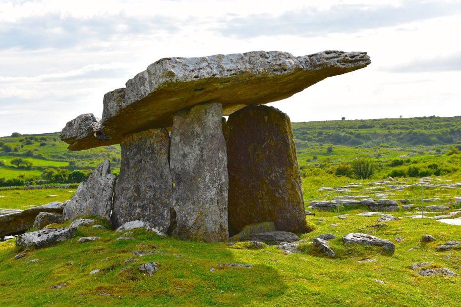 Paysage breton avec un dolmen