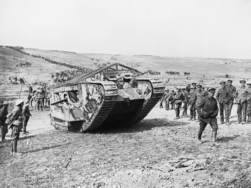 Tank britannique Mark 1 pendant la bataille de Flers-Courcelette, le 15 septembre 1916.