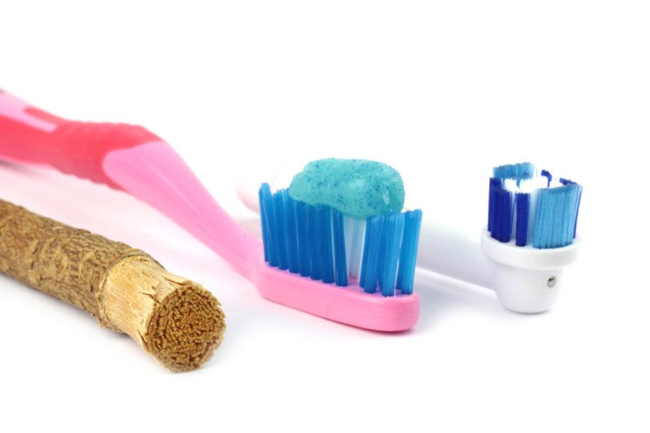 photo représentant trois brosses à dents dont une est en siwak.
