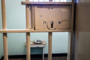 Porte de prison munie de barreaux et serrure