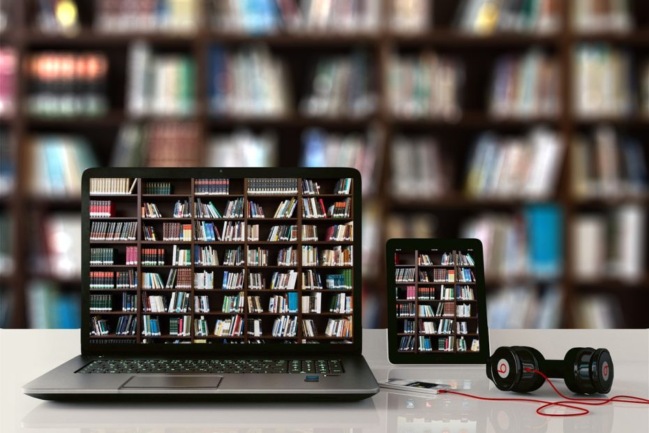 Ordinateur portable avec fonds d'écran représentant des livres