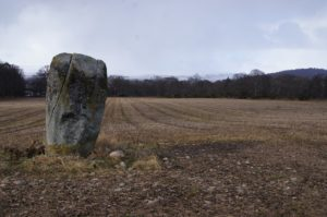 photo d'un menhir en plein champ