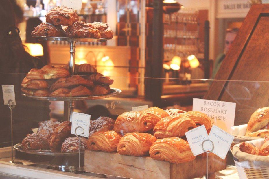Vitrine d'une boulangerie avec grand choix de croissants, pains au chocolat exposés...