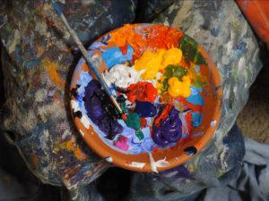 Photo d'une palette de peintures dans une coupelle