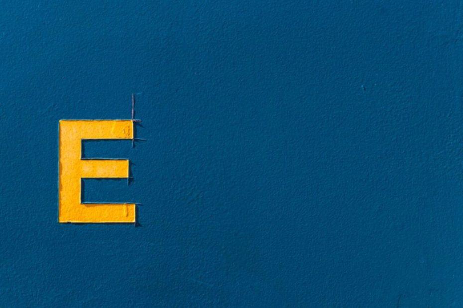 Grosse lettre E en peinture sur un mur