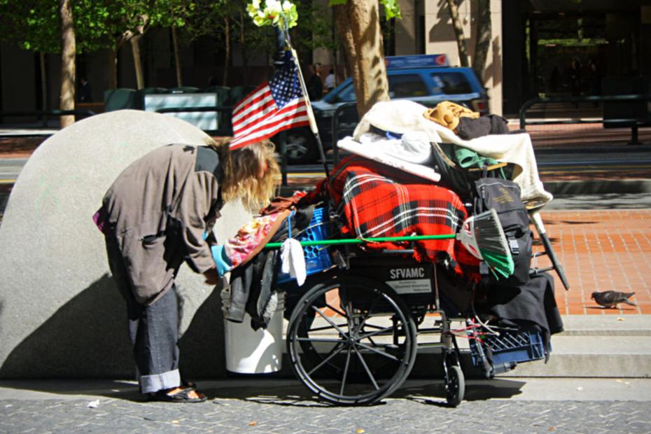 Photographie d'un américain pauvre avec ses affaires dans un chariot roulant