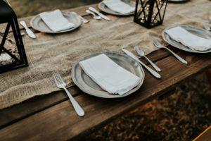 Couverts sur table en bois