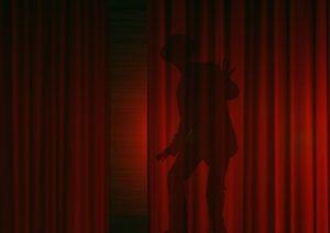 Ombre d'un homme derrière un rideau