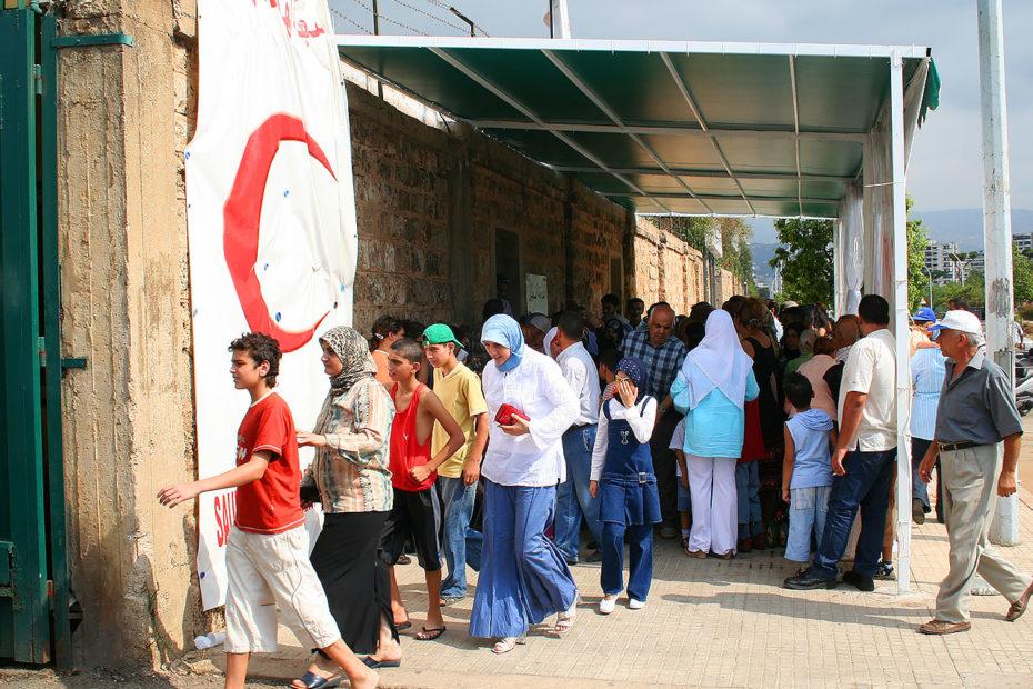 Patients attendant devant l'hôpital de campagne du Croissant-Rouge saoudien